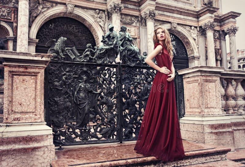 Kobieta w czerwieni sukni w Wenecja, Włochy zdjęcie royalty free