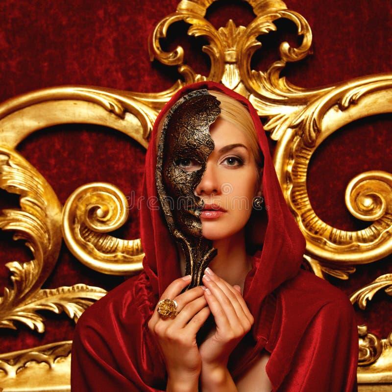 Kobieta w czerwonej pelerynie obraz royalty free
