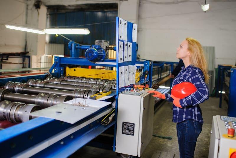 Kobieta w czerwonej zbawczego hełma pracie jako przemysłowy pracownik zdjęcie stock
