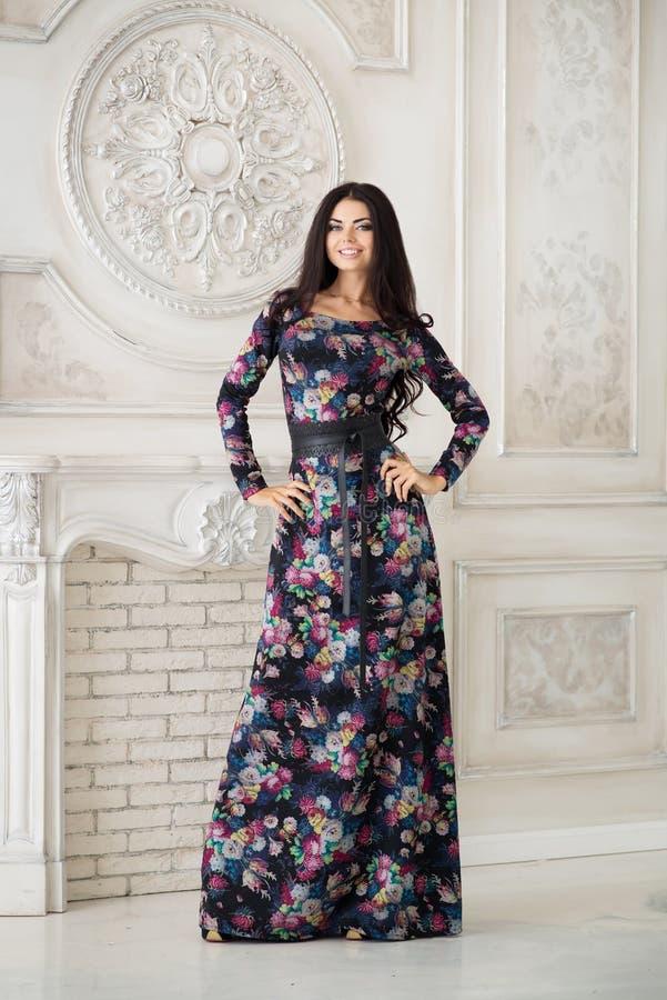 Kobieta w długiej maksiej sukni w studiu zdjęcie stock