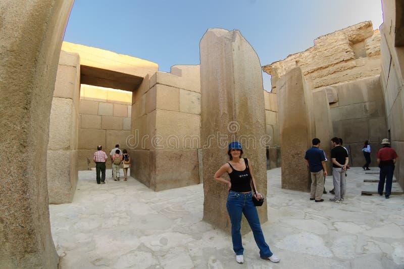 Kobieta w Dolinnej świątyni Khafre zdjęcie stock