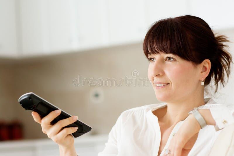 Kobieta w domowej dopatrywanie telewizi zdjęcie stock