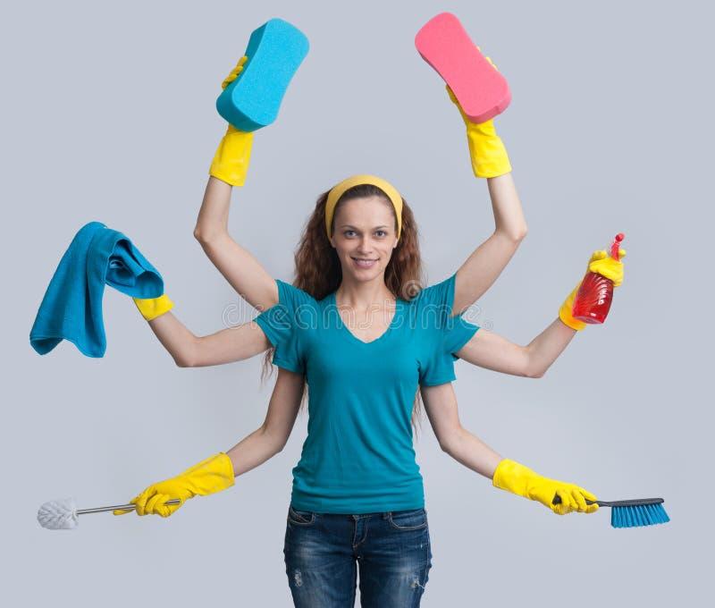 Kobieta w domowym rola multitasking jej cleaning zdjęcia stock