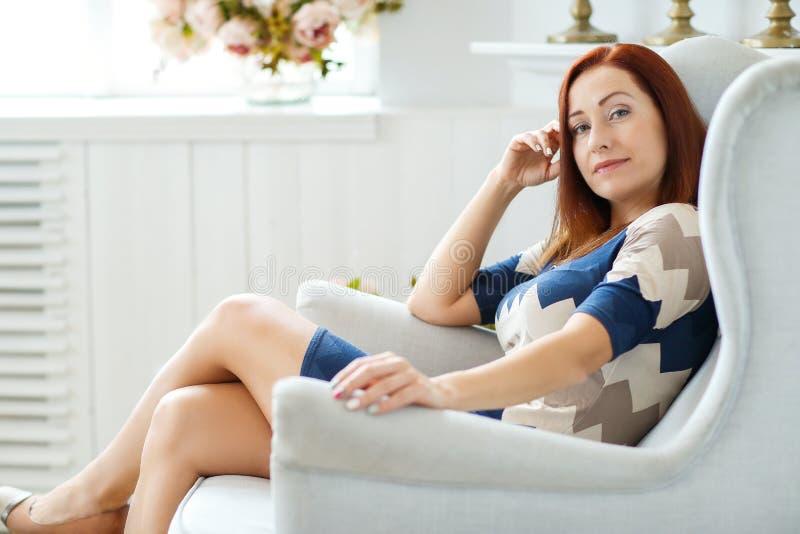 kobieta w domu zdjęcie royalty free