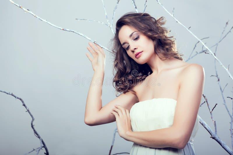 Kobieta w dreammy fantazi zimy i pojęcia temacie obrazy royalty free