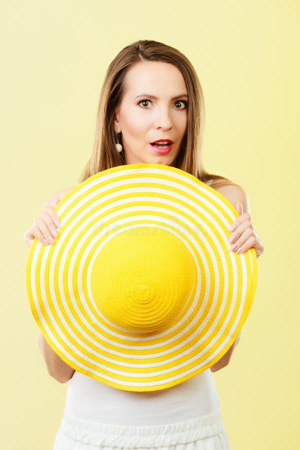 Kobieta w dużym żółtym lato kapeluszu fotografia royalty free