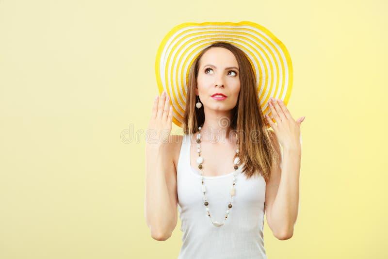 Kobieta w dużym żółtym lato kapeluszu obraz stock