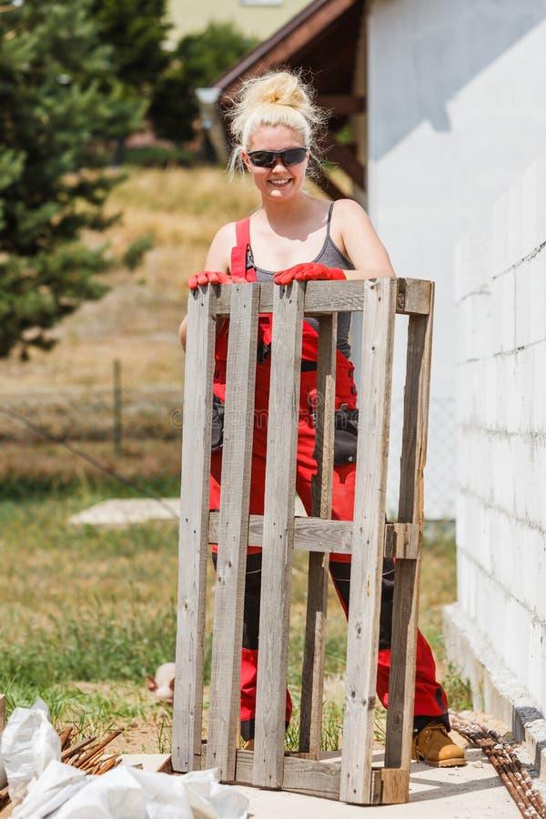 Kobieta w dungarees pracuje na budowie obrazy royalty free