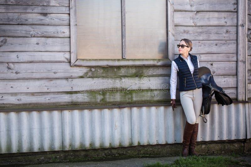 Kobieta w equestrian kostiumu z comberem zdjęcia royalty free