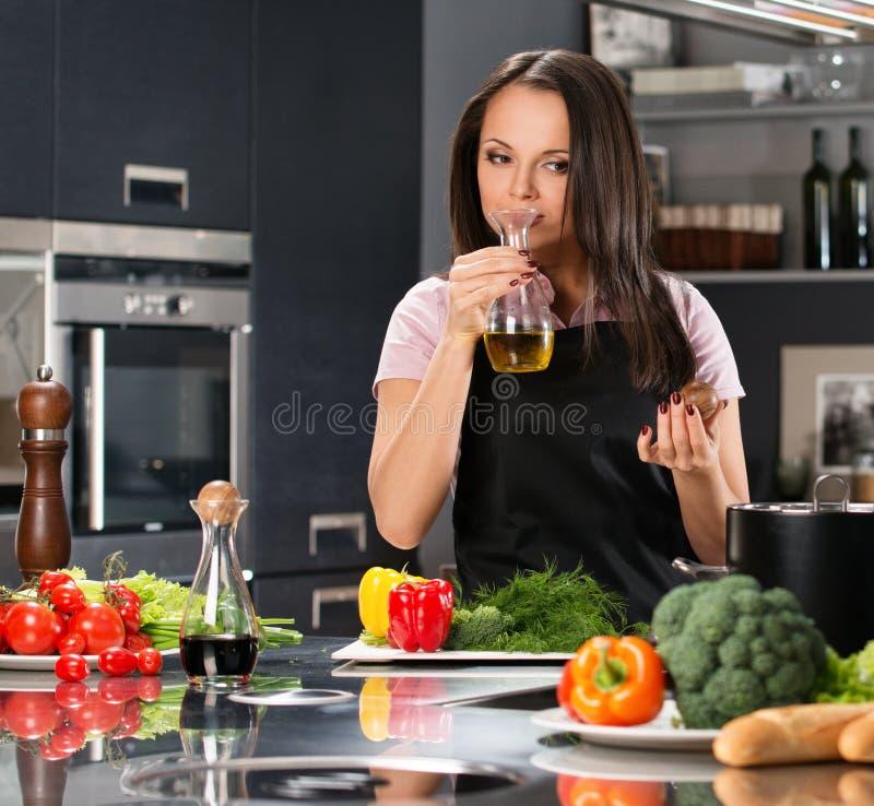 Kobieta w fartuchu na nowożytnej kuchni obraz stock