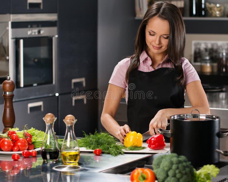 Kobieta w fartuchu na nowożytnej kuchni obrazy royalty free