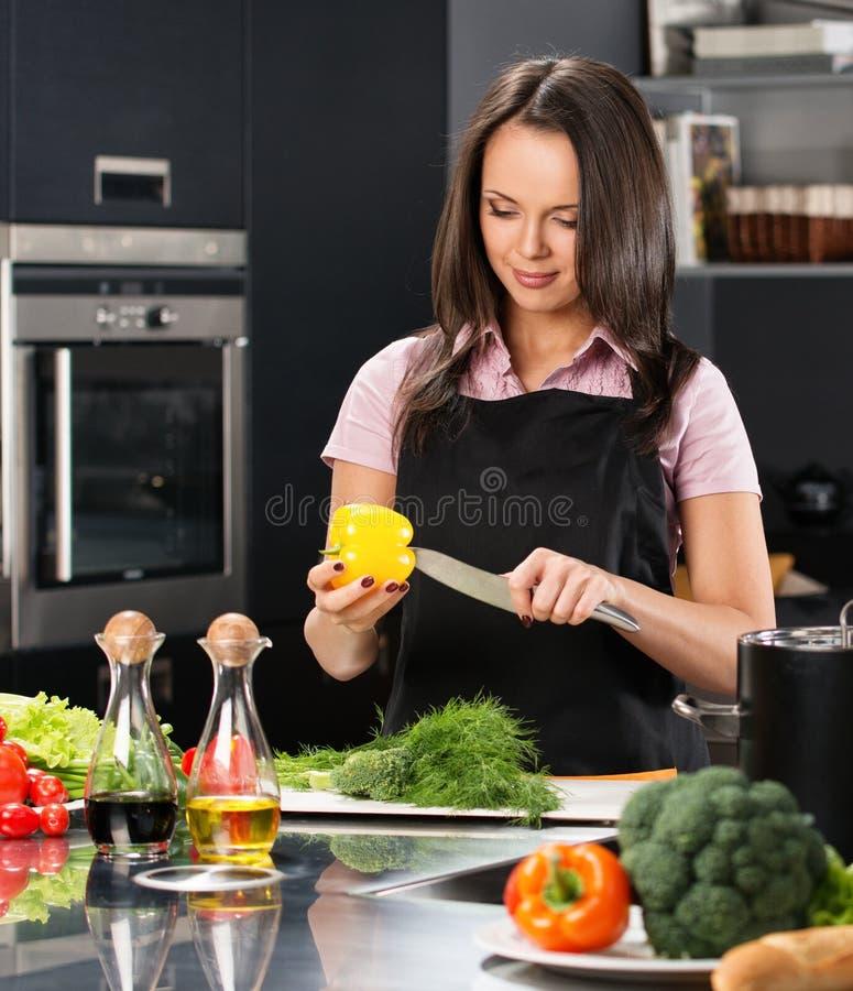 Kobieta w fartuchu na nowożytnej kuchni fotografia royalty free
