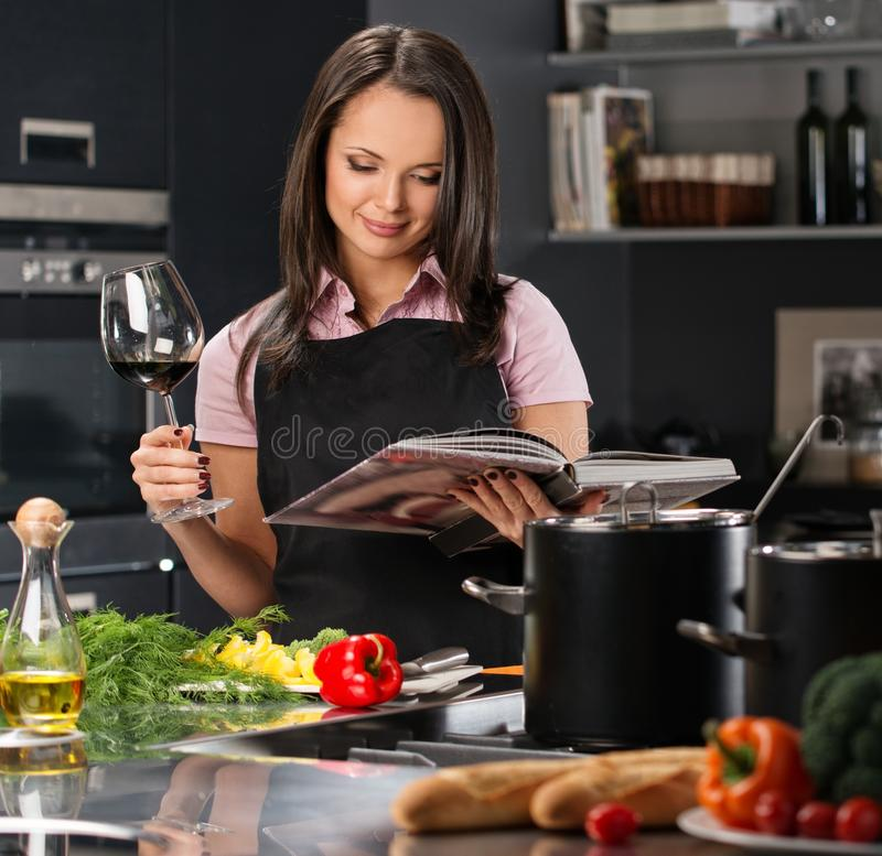 Kobieta w fartuchu na nowożytnej kuchni zdjęcia stock
