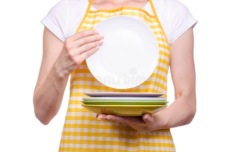 Kobieta w fartuchu w ręka talerzach obraz stock