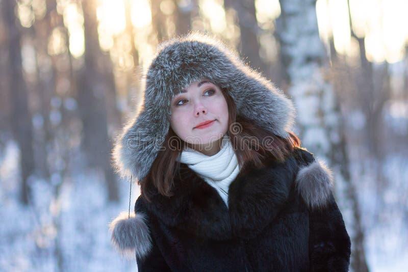 Kobieta w futerkowym kapeluszu w zima parku obrazy royalty free