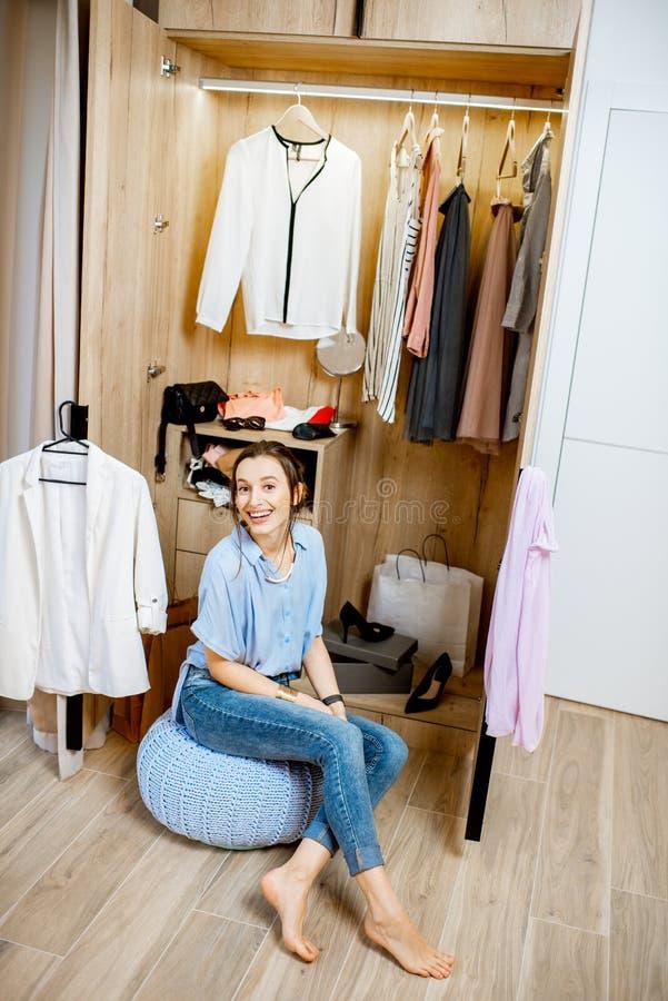 Kobieta w garderobie w domu zdjęcie royalty free