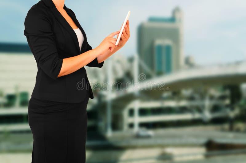 Kobieta w garniturze na miasto budynku tle Filtrujący wizerunek fotografia stock