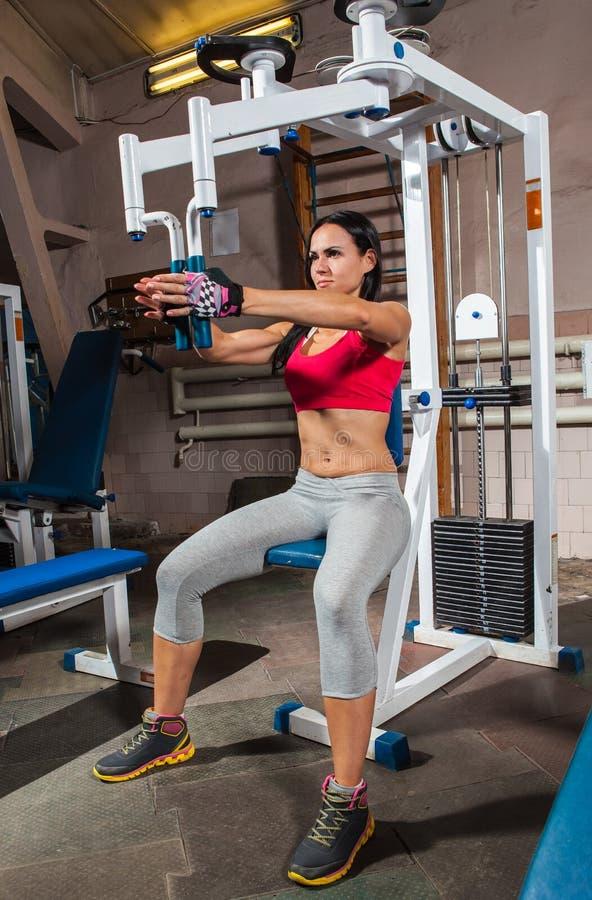 Kobieta w gym na trening maszynie fotografia royalty free