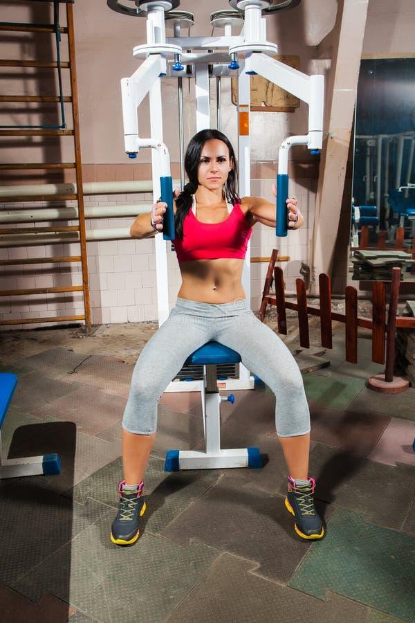 Kobieta w gym na trening maszynie zdjęcia royalty free