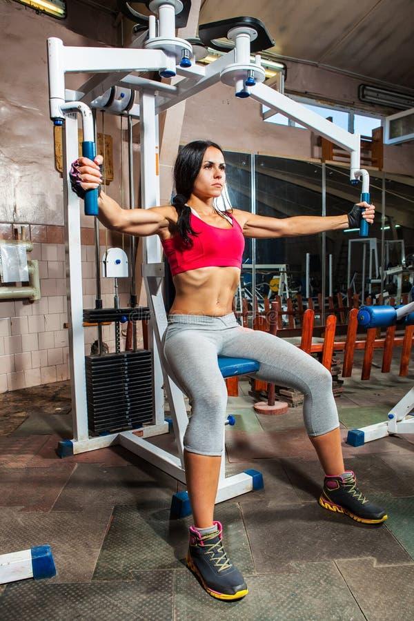 Kobieta w gym na trening maszynie zdjęcie royalty free