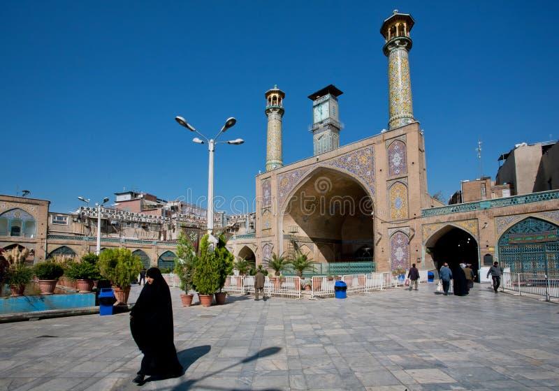 Kobieta w hijab śpieszy się od imama Homeini meczetu budującego w 18th z dwa minaretami wcześnie obrazy royalty free
