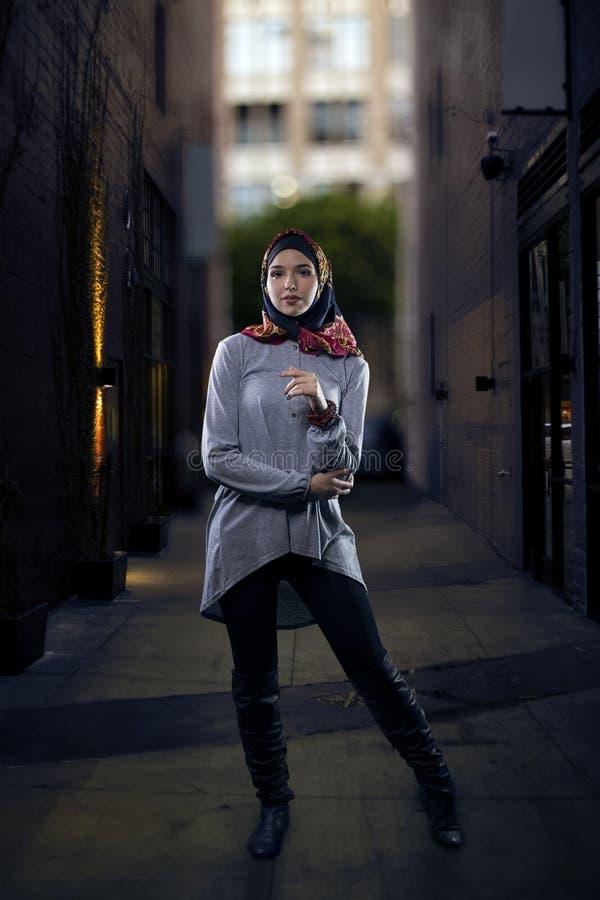Kobieta w Hijab odprowadzeniu w mieście zdjęcie royalty free