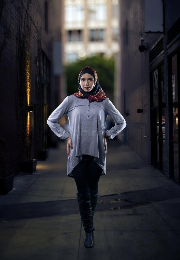 Kobieta w Hijab odprowadzeniu w mieście obraz stock