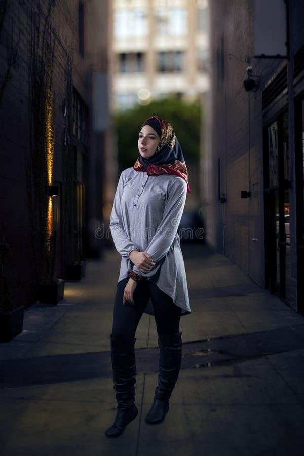 Kobieta w Hijab odprowadzeniu w mieście zdjęcia royalty free