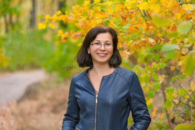 Kobieta w jesieni drewnie zdjęcia royalty free