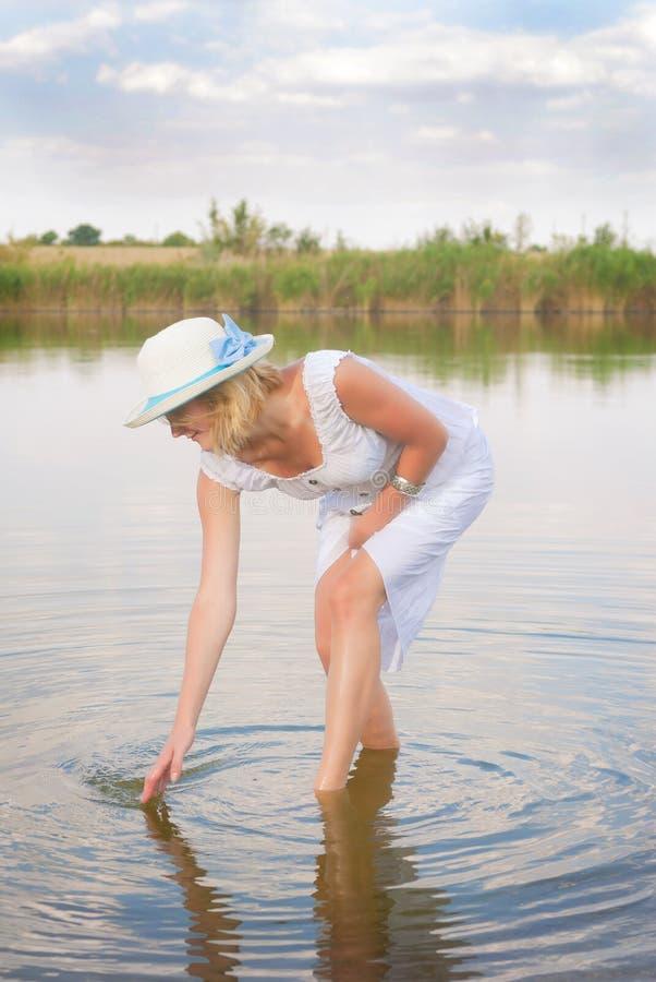 Kobieta w jeziorze fotografia royalty free