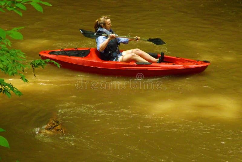 Kobieta w kajaku przy Pigg rzeką Wędruje fotografia stock