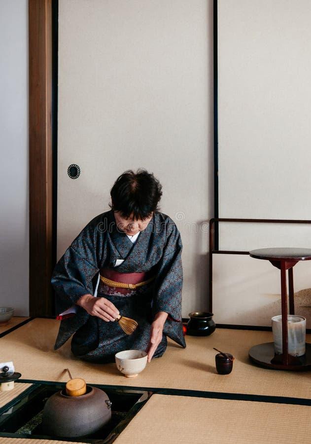 Kobieta w kimono sukni Japońskiej herbacianej ceremonii, Japonia fotografia stock