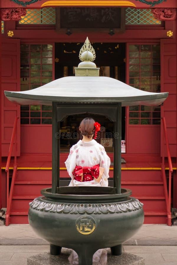 Kobieta w kimonowym modleniu w świątyni fotografia stock