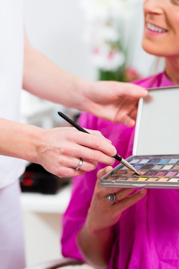 Kobieta w kosmetycznym salonie z makeup zdjęcie stock