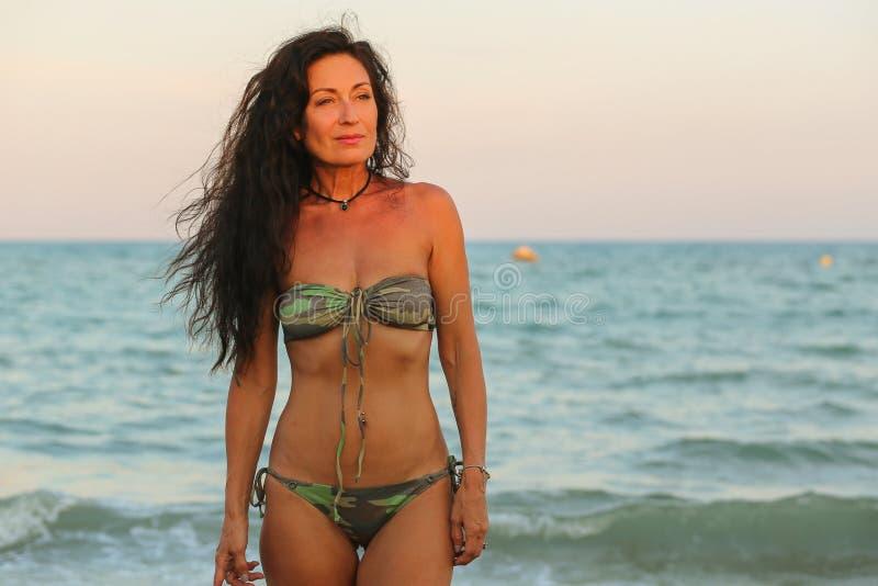 Kobieta w kostiumu kąpielowym wynika morze zdjęcie stock