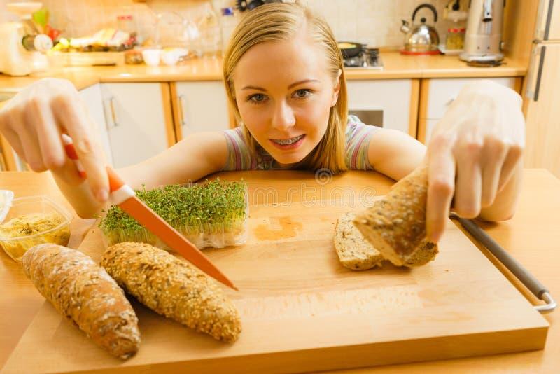 Kobieta w kuchennym mienie no?u robi zdrowej kanapce zdjęcie stock