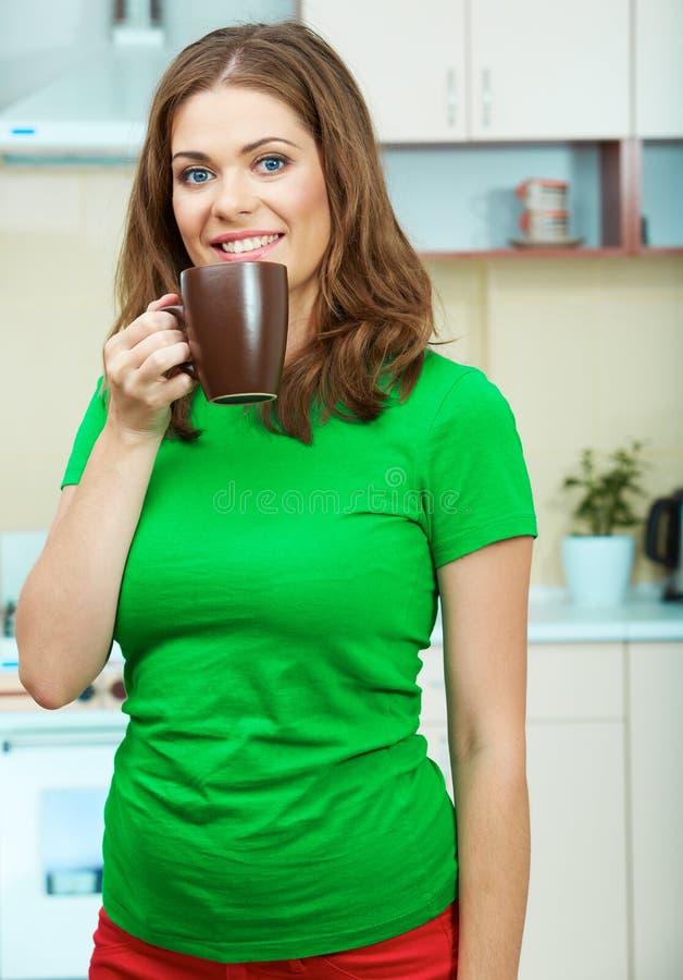 Kobieta w kuchni zdjęcie stock