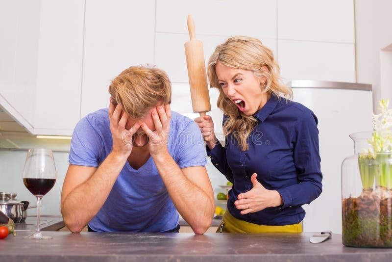 Kobieta w kuchni jest gniewny przy jej mężczyzna zdjęcie stock