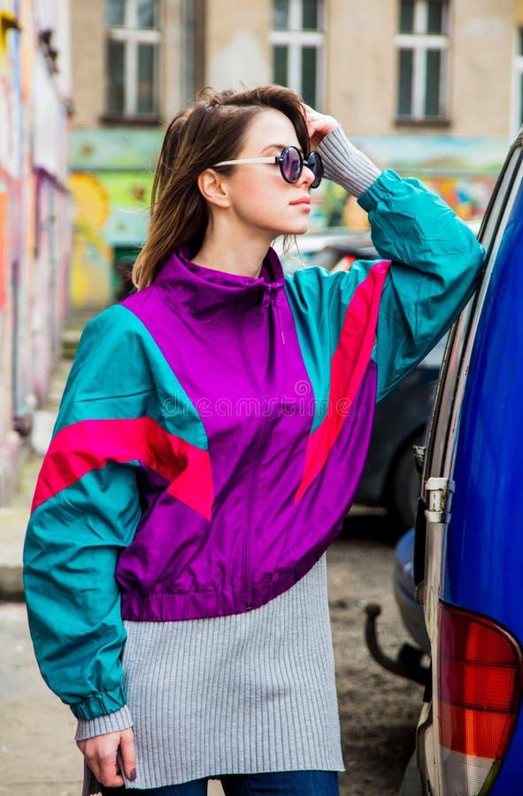 Kobieta w kurtce 90s stylu pobyt przy counrtyard dom fotografia royalty free