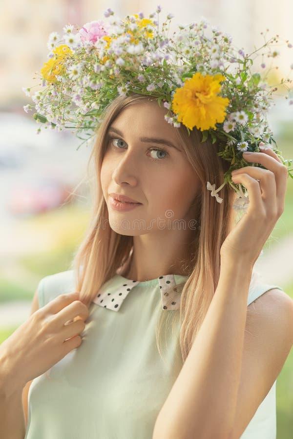 Kobieta w kwiecistym wianku fotografia royalty free