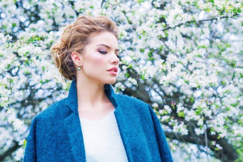 Kobieta w kwitnącym wiosna ogródzie zdjęcie stock