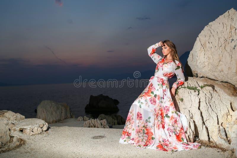 Kobieta w lato sukni zdjęcia stock
