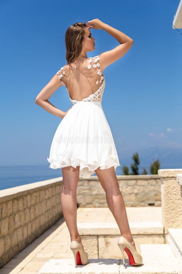 Kobieta w lato sukni obraz stock