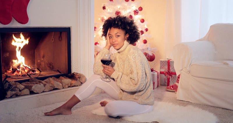 Kobieta w leggings i pulowerze siedzi białym drzewem fotografia stock