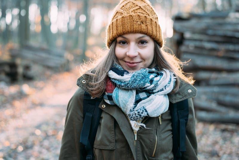 Kobieta w lesie, plenerowy portait zdjęcia royalty free