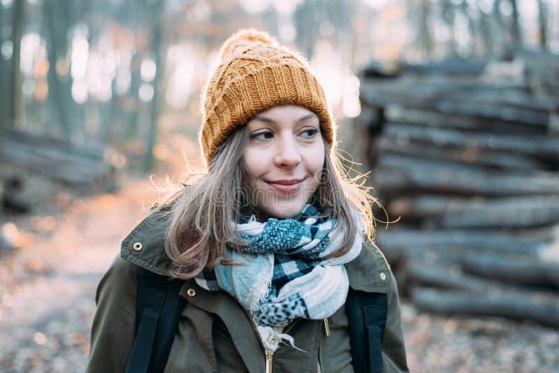 Kobieta w lesie, plenerowy portait zdjęcie stock