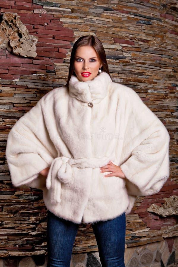 Kobieta w Luksusowym białym Futerkowym żakiecie obrazy royalty free