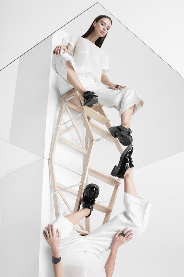 Kobieta w lustrzany do góry nogami obraz royalty free