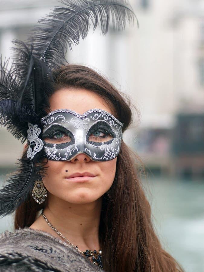 KOBIETA w masce przy Wenecja karnawałem Wenecja WŁOCHY, STYCZEŃ - 30 2016 - fotografia royalty free