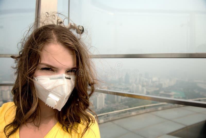 Kobieta w medycznej masce przeciw zanieczyszczeniu powietrza zdjęcie stock
